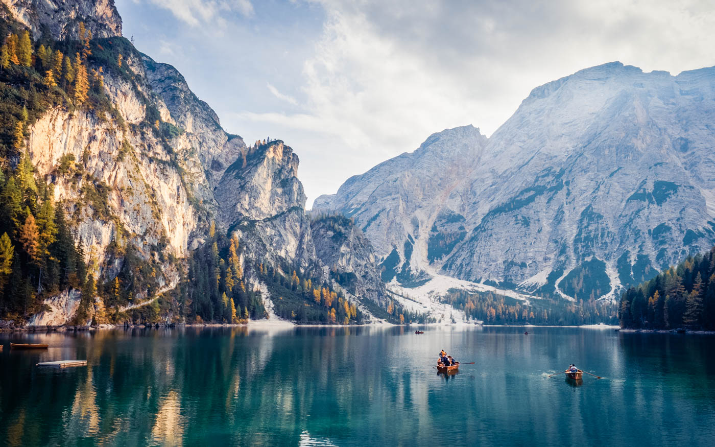 Bergsee mit Ruderbooten