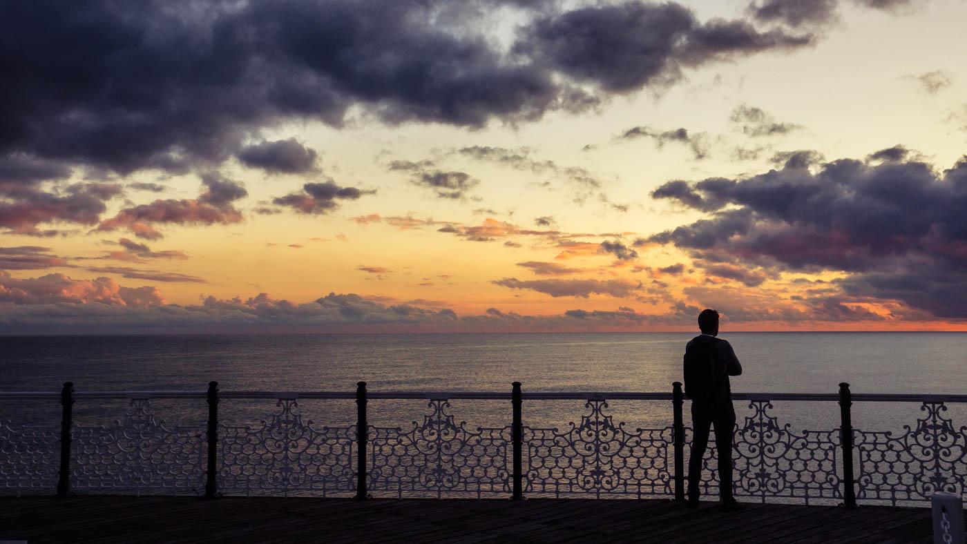 Mann blickt aufs Meer